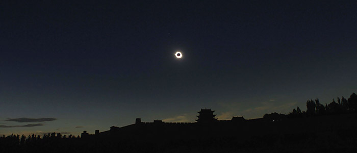 The total solar eclipse of August 2008 above the Jiayuguan Fortress on the Great Wall of China. P.K. Chen, TWAN (twanight.org)